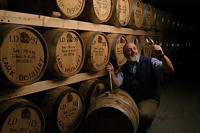 Bill Lark verificando a maturação dos seus Single Malts — Destilaria Lark