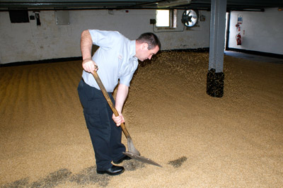 David Turner no malting floor da Bowmore